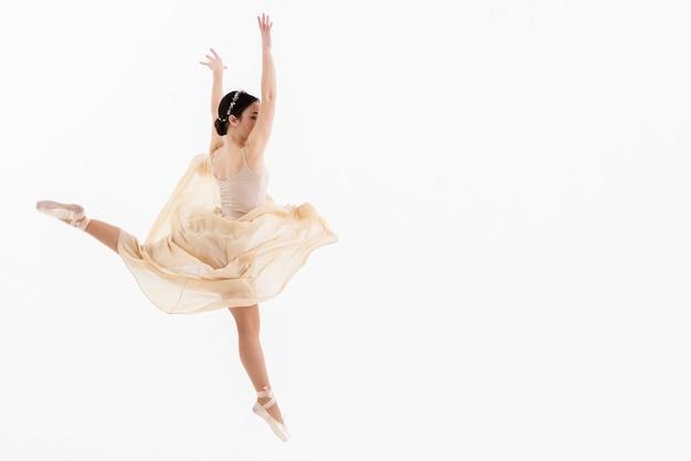 Retrato de joven bailarina bailando