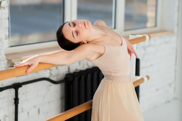 Retrato de joven bailarina calentando
