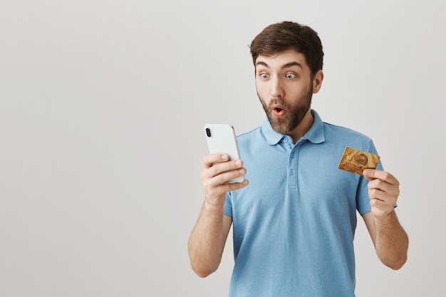 Retrato de un joven barbudo con camiseta azul