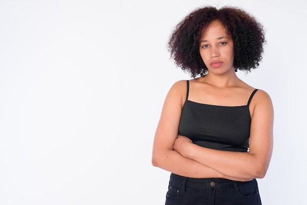 Retrato de joven bella mujer africana con los brazos cruzados