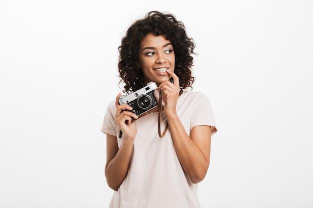 Retrato de una joven y bella mujer afroamericana con cámara