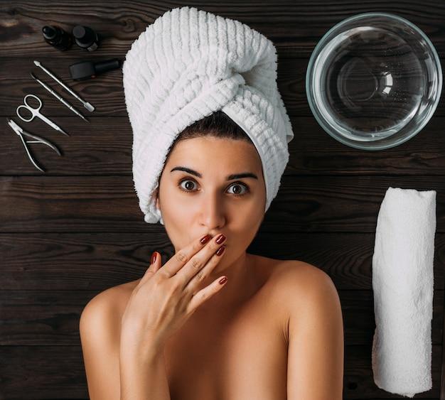 Retrato de joven bella mujer en ambiente de spa. una mujer cuida su cuerpo. cuidado del cuerpo femenino.