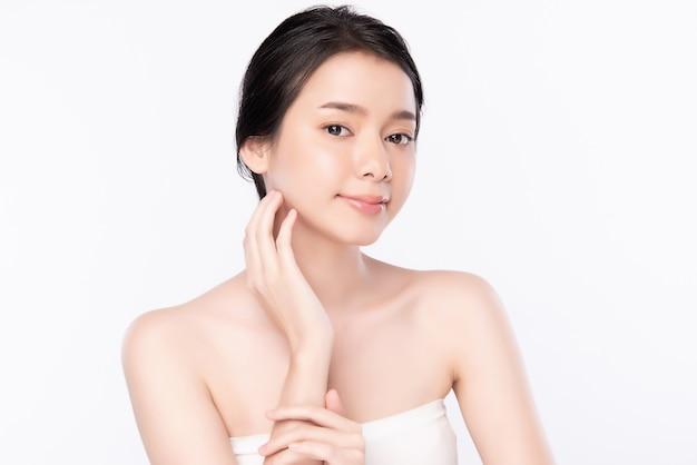 Retrato joven y bella mujer asiática limpia fresca piel desnuda concepto. chica asiática belleza cara cuidado de la piel y salud bienestar, tratamiento facial, piel perfecta, maquillaje natural ,, dos