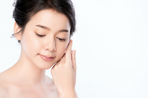 Retrato joven y bella mujer asiática limpia fresca piel desnuda concepto. chica asiática belleza cara cuidado de la piel y salud bienestar, tratamiento facial, piel perfecta, maquillaje natural, dos