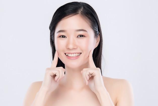 Retrato joven y bella mujer asiática limpia fresca piel desnuda concepto. chica asiática belleza cara cuidado de la piel y salud bienestar, tratamiento facial, piel perfecta, maquillaje natural,