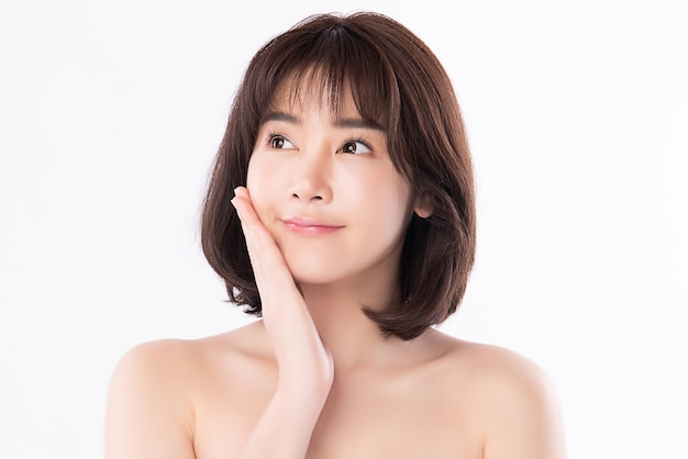 Retrato joven y bella mujer asiática limpia fresca piel desnuda concepto. chica asiática belleza cara cuidado de la piel y salud bienestar