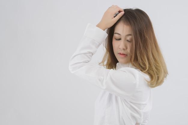 Retrato de joven bella mujer asiática. medio cuerpo de mujer con camisa blanca;