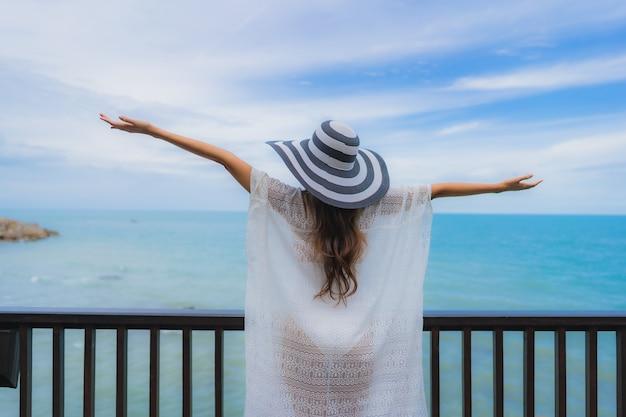 Retrato joven y bella mujer asiática mirando al mar playa océano para relajarse en vacaciones vacaciones viajes