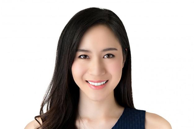 Retrato de joven y bella mujer asiática sonriente