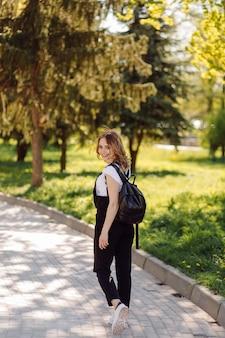 Retrato de joven bella mujer atractiva en el parque de verano verde