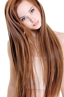 Retrato de la joven y bella mujer con cabello largo y recto de belleza
