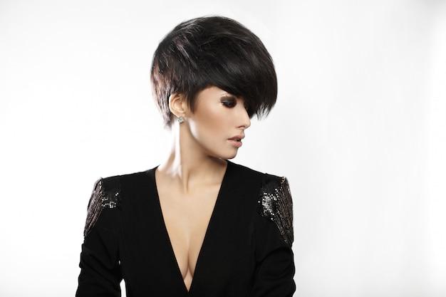 Retrato de joven bella mujer con cabello oscuro corto
