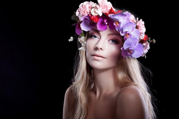 Retrato joven bella mujer en guirnalda de flores