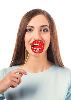 Retrato de una joven bella mujer con labios de papel.