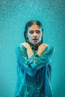 El retrato de joven bella mujer bajo la lluvia