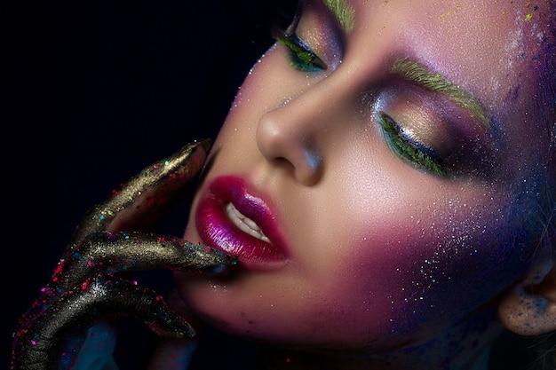 Retrato de joven bella mujer con maquillaje creativo de moda moderna
