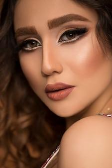 Retrato de joven bella mujer con maquillaje de moda y cabello mojado.