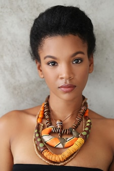 Retrato de joven bella mujer negra con collar tradicional africano