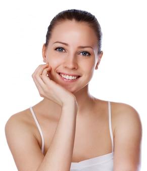 Retrato de joven bella mujer con piel sana