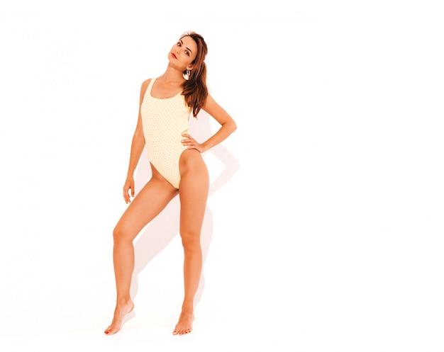Retrato de joven bella mujer sexy sonriente en traje de baño traje de baño amarillo. chica de moda hembra positiva volviéndose loca. modelo divertido aislado
