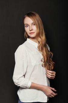 Retrato joven, bella mujer sobre fondo negro