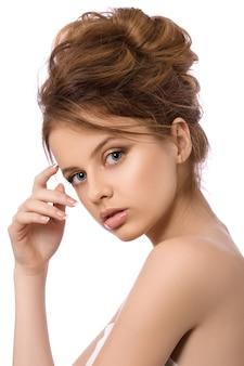 Retrato de joven bella mujer tocando su rostro, concepto de spa