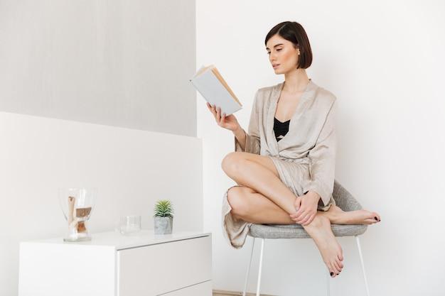 Retrato de una joven y bella mujer vestida con bata de baño