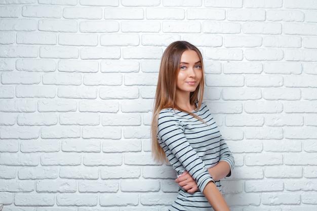 Retrato de una joven bella mujer