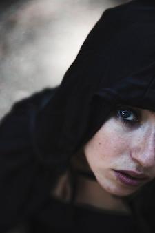 Retrato de joven bruja en campana