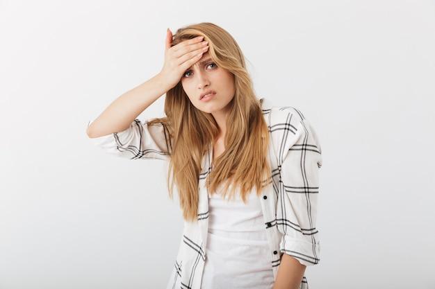 Retrato de una joven casual molesta