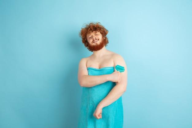 Retrato de joven caucásico en su día de belleza y rutina de cuidado de la piel
