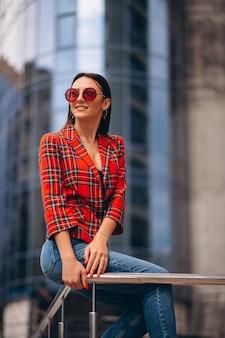 Retrato de una joven en chaqueta roja