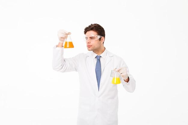 Retrato de un joven científico masculino concentrado