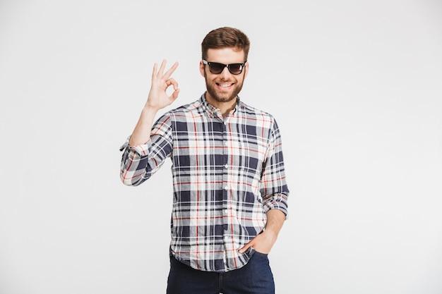 Retrato de un joven confiado en camisa a cuadros