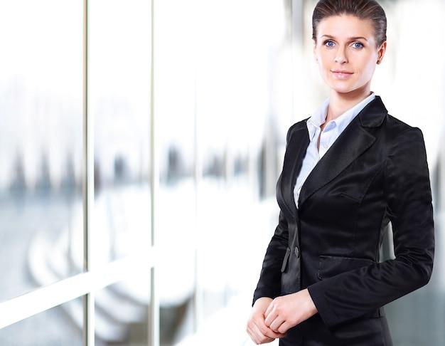 Retrato, de, un, joven, confiado, mujer de negocios, sonriente