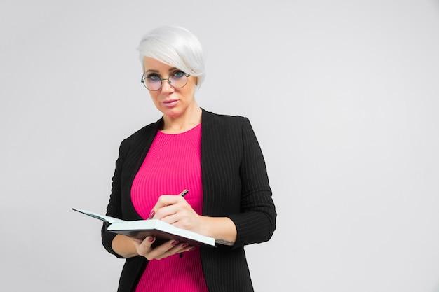 Retrato de joven dama de negocios en traje negro aislado