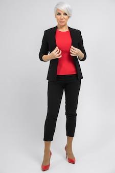 Retrato de joven dama de negocios en traje