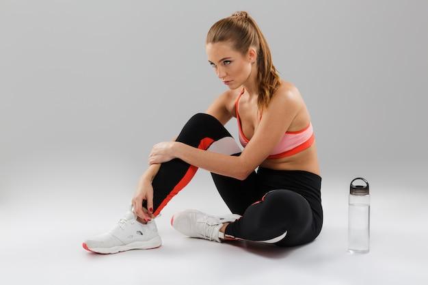 Retrato de una joven deportista en forma descansando