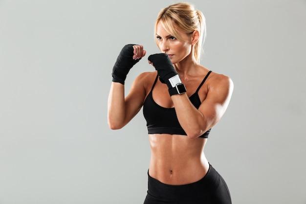 Retrato de una joven deportista muscular