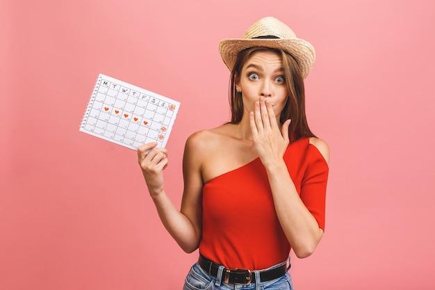 Retrato de una joven divertida celebración calendario de períodos