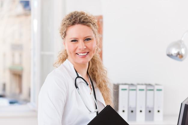 Retrato de joven doctora en clínica con archivo