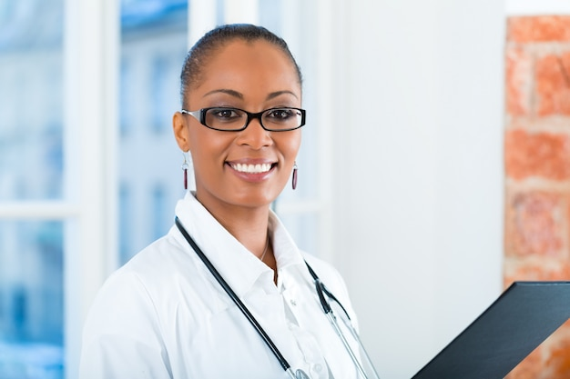 Retrato de joven doctora en clínica