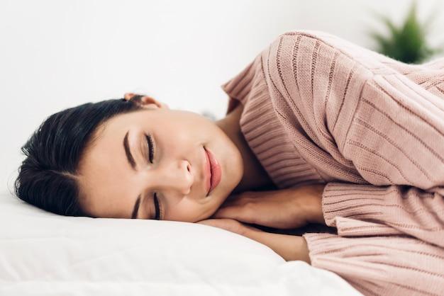 Retrato de joven dormida disfrutar y relajarse acostado en la cama con los ojos cerrados en el dormitorio en casa belleza asiática.