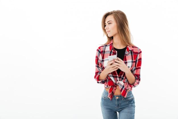 Retrato de una joven dulce en camisa a cuadros