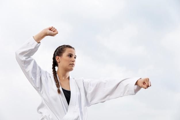 Retrato de joven ejercicio de karate