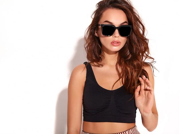 Retrato de joven elegante modelo en ropa casual de verano con maquillaje natural en gafas de sol aislado