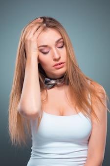 El retrato de la joven con emociones seductoras.