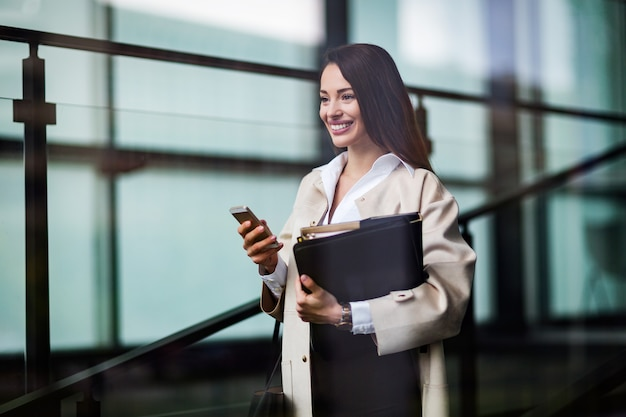 Retrato de joven empresaria atractiva ir a la oficina