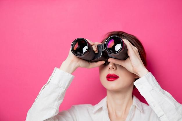 Retrato de joven empresaria con binoculares
