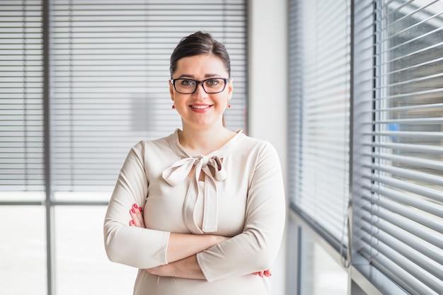 Retrato de una joven empresaria feliz